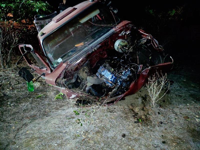 Caminhonete ficou destruída em acidente