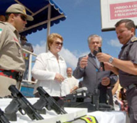 LEGISLATIVO - Governadora Wilma de Faria entrega armas ao coronel Marcondes, comandante da PM