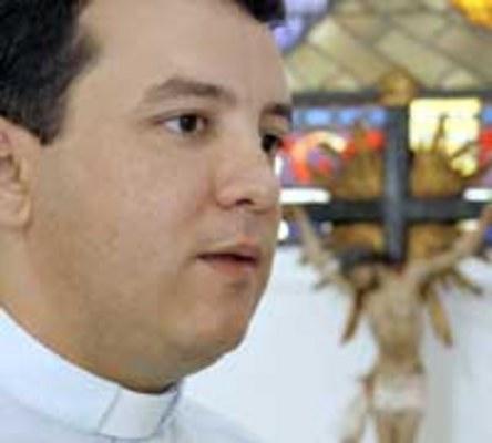 RELIGIÃO - Charles Dickson Macena, pároco da Igreja Santa Teresinha