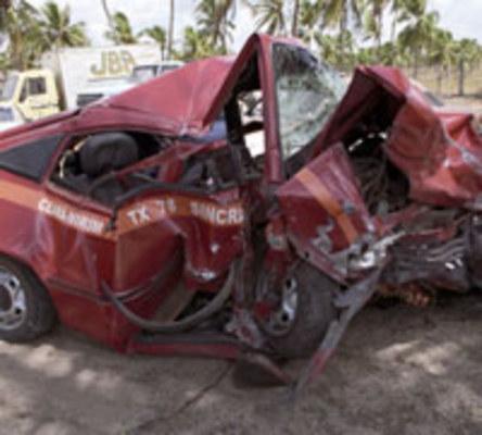 COLISÃO - Os veículos se chocaram de frente na noite de domingo