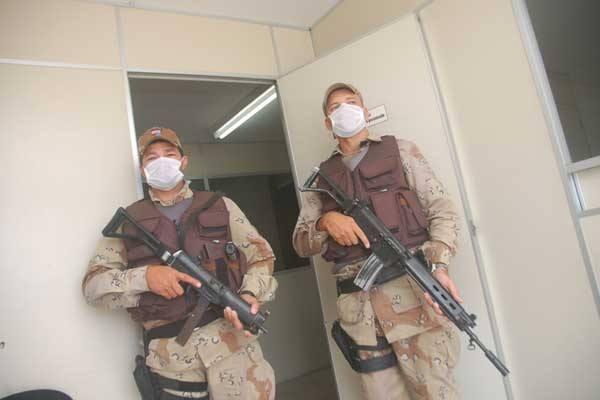 Policiais do GTO levam presos com sintomas da gripe até o Giselda Trigueiro para ser consultado