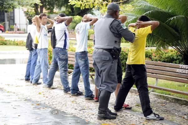 Policial militar revista estudantes que se envolveram na baderna ontem na praça Cívica