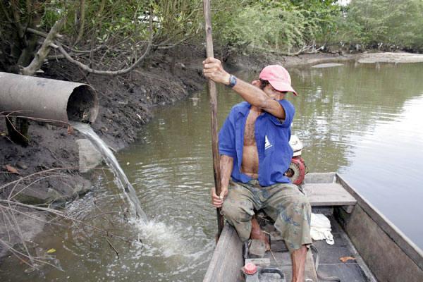 Francisco das Chagas, pescador, mostra a situação do Potengi e o despejo de esgoto