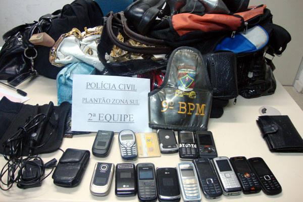 Material roubado das vítimas durante os assaltos