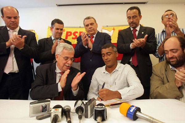 Romário promete empenho para projetos que ajudem aos jovens