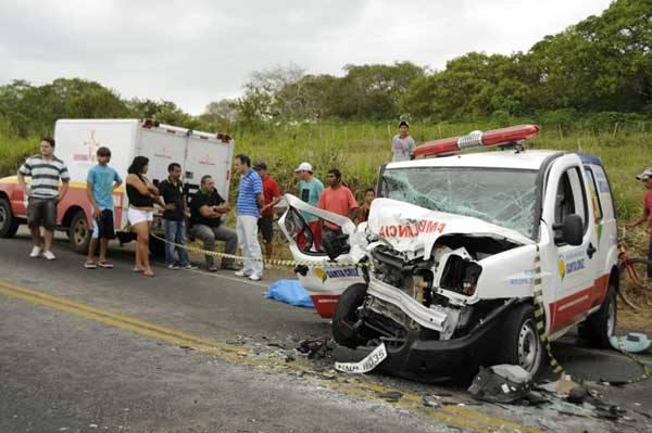 Acidente na Reta Tabajara entre uma ambulância de Santa Cruz e um Gol deixa um morto