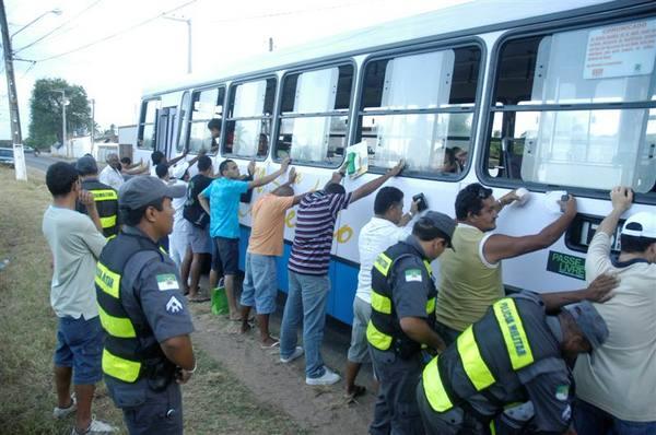 Policiais do 4o- Batalhão da PM, fazem blitz na av Moema Tinoco, no bairro Pajuçara.