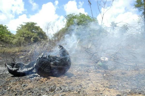 Bombeiros controlaram incêndio em um terreno baldio, no San Vale, proximo ao Sam´s Club