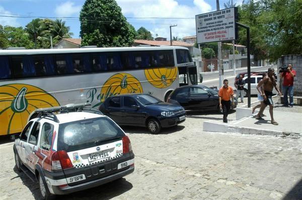 Ônibus com turistas foi assaltado na praia de Camurupim