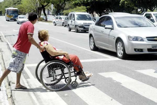 Resultado de imagem para um homem ajudando uma velhinha