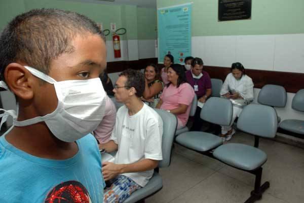Pacientes com sintomas de gripe aguardam atendimento médico no hospital Giselda Trigueiro
