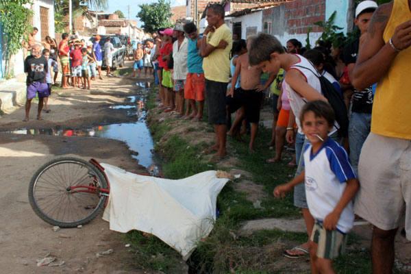 População do Golandim assiste a caçada aos suspeitos enquanto o helicóptero sobrevoa o bairro