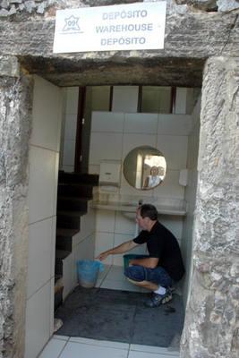 Pedro Abesh mostra o piso deteriorado de uma das salas do Forte