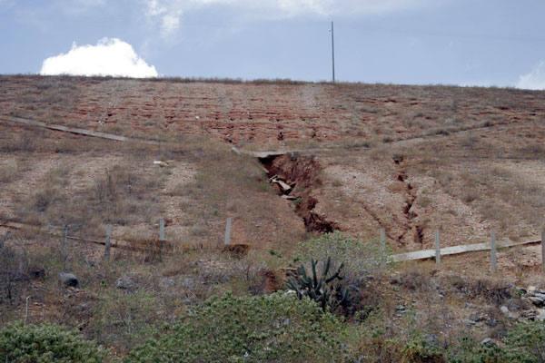 Na barragem Armando Ribeiro Gonçalves não é difícil identificar as fendas. Enquanto os moradores da área estão preocupados, os técnicos garantem que não há risco
