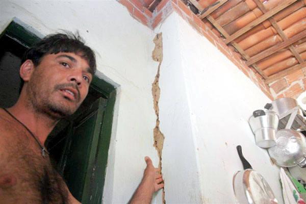 Raimundo Nonato mostra rachadura causada pelo terremoto em sua casa