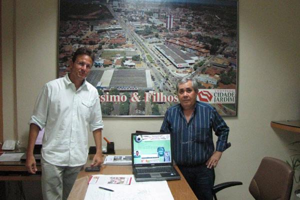 O empresaário Fernando Veríssimo e o presidente do Alecrim, Orlando Caldas comemoraram a assinatura do contrato de patrocínio