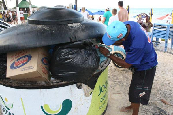 Turistas nacionais e internacionais que frequentam a praia de Ponta Negra,  reagem, indignados, à quantidade de lixo jogado ao chão