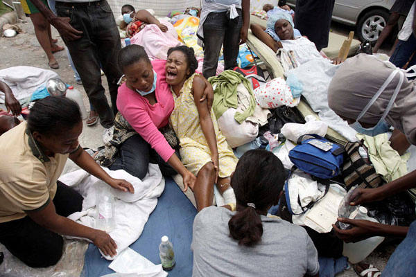 Sobreviventes recebem atendimento de emergência nas ruas