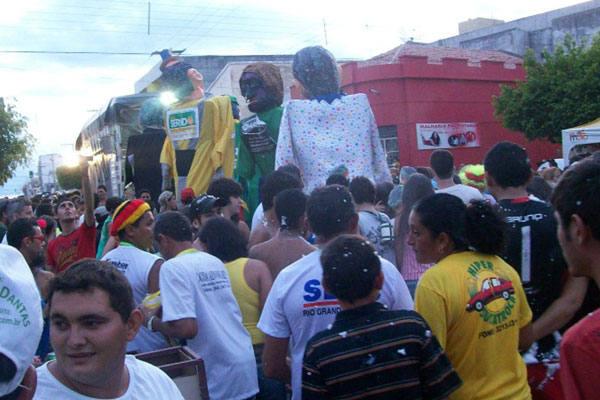 Programação do carnaval em Caicó não decepciona e atrai milhares de foliões de todo o RN