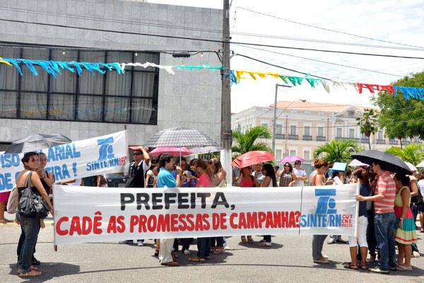 Professores fazem ato público em frente à Prefeitura de Natal