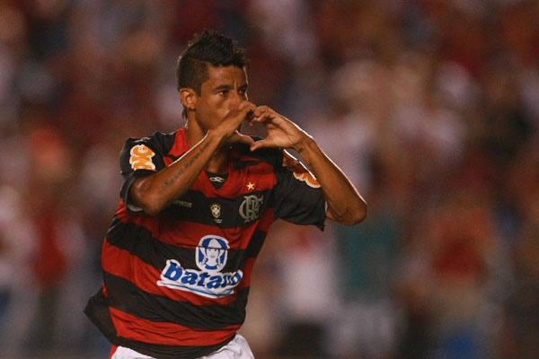 Leo Moura fez a festa com coração para torcida ao marcar o gol