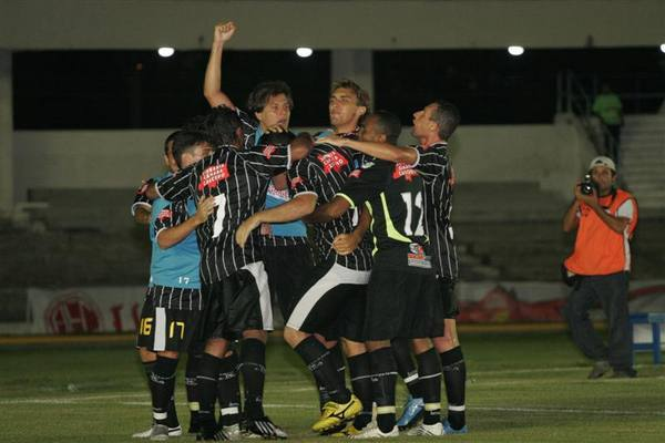 Time do Corintians comemora segundo gol