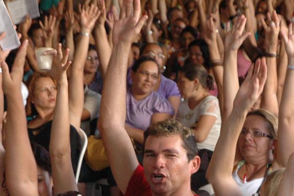 Professores votam pela continuidade da paralisação