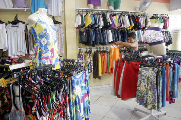 87619815e As lojas de seis reais têm conquistado os clientes que antes frequentavam  as feiras dos bairros