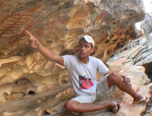 O guia Antônio Cesar mostra preservação do Lajedo Soledade