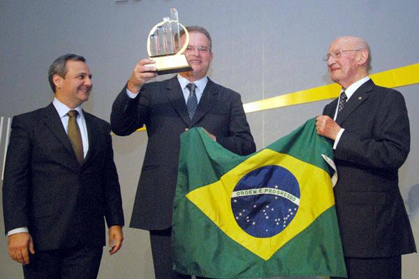 Marcelo Alecrim recebe troféu da Ernest & Young: trajetória de sucesso reconhecida