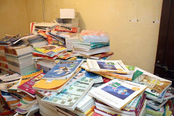 Livros doados para escola são  abandonados