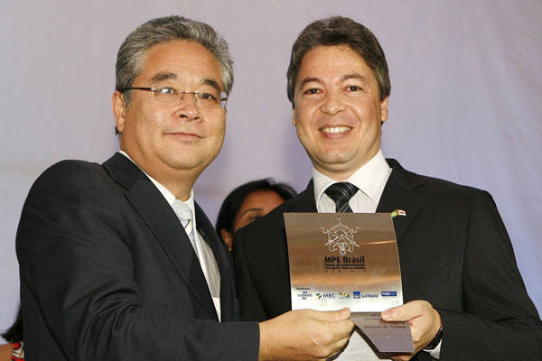 Flávio Assis, diretor da Flytour, recebeu homenagem da MPE Brasil das mãos do presidente do Sebrae, Paulo Okamoto