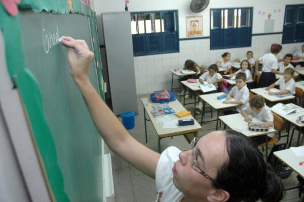 Pesquisa mostra que é pequena a diferença do custo/aluno da escola pública para a escola privada