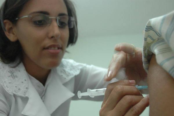 Os adultos com idade entre 20  e 29 anos foram os mais faltosos. Apenas 62,40% dos jovens receberam a  imunização contra a gripe A