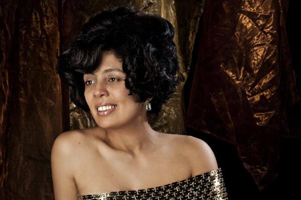 A soprano Isabel Barbosa, hoje vivendo na Itália, diz que gostaria de se apresentar em Natal, mas sua agente esbarrou em um problema: a  Orquestra local estava parada.