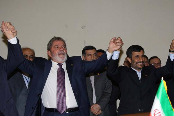 Lula da Silva,  Mahmoud Ahmadinejad e o  primeiro-ministro turco Tayyip Erdogan comemoram assinatura de acordo em  Teerã