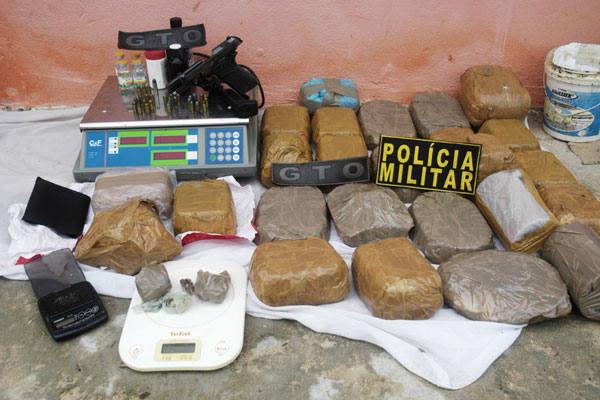 Polícia apreendeu droga, arma, munições, balança e  outros materiais usados para distribuir o crack