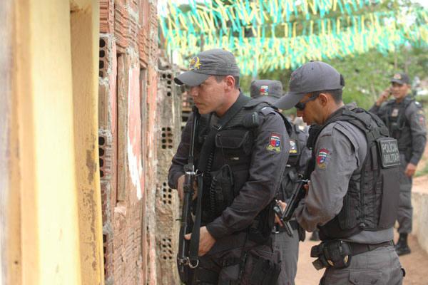Várias residências foram  vistoriadas pelos policiais que participaram da operação em busca aos  bandidos que assaltaram o cartório