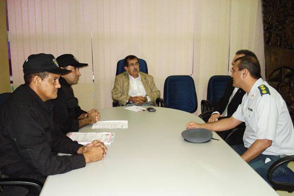 Secretário Cristóvam Praxedes e equipe reúnem a imprensa para  anunciar prisão de policial