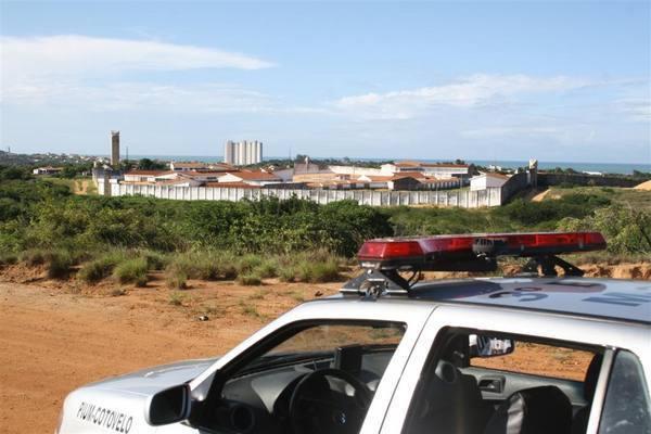 Policiais cercam o presídio de Alcaçuz