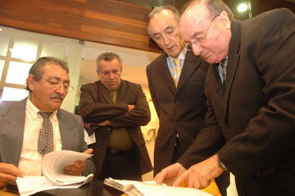 Deputados conversam antes da sessão para apreciar o projeto