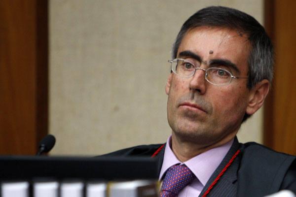 Ministro Arnaldo Versiani apresenta relatório durante a sessão