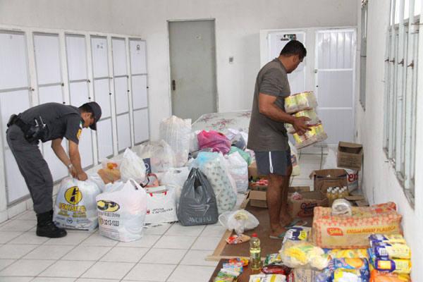 Policiais militares reúnem as doações que serão enviadas para as  vítimas de enchentes de AL e PE