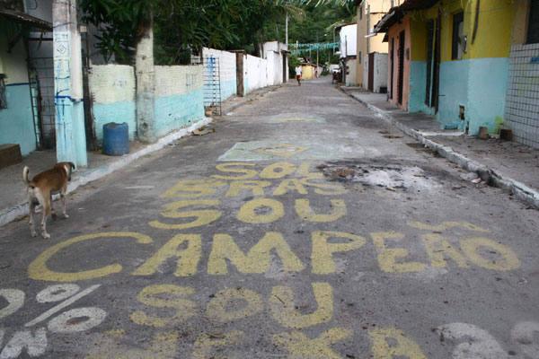 Rua Morro do Careca vive o medo em cada uma das casas. As pessoas  preferem se trancar em casa para não correrem o risco de morrer
