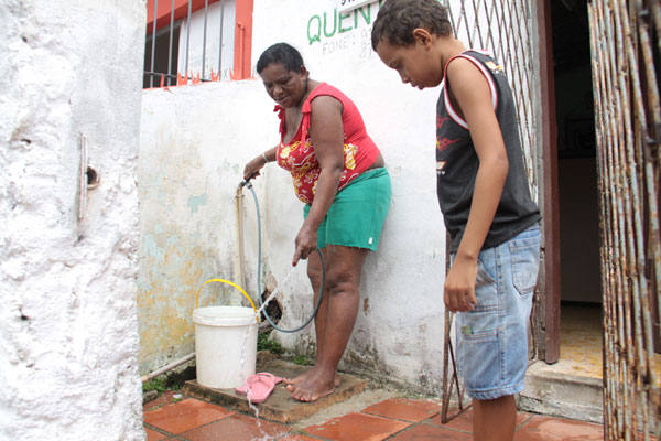 Selma Maria da Silva explica que evita gastar água à toa, mas confessa que é uma situação difícil. Nem todos têm consciência