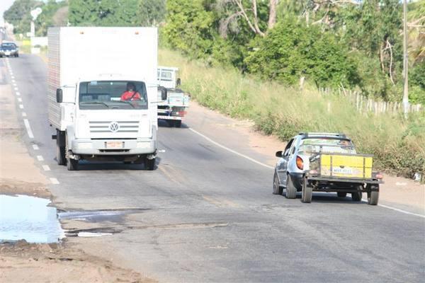 Caminhões e  carretas tem que desviar de buraco e despejam objetos no local