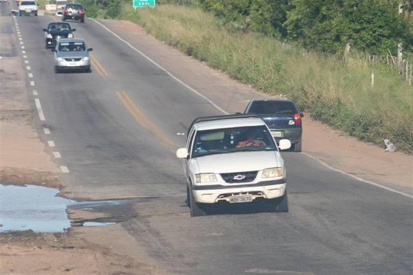 Motoristas  correm riscos ao desviar de buraco na BR 406