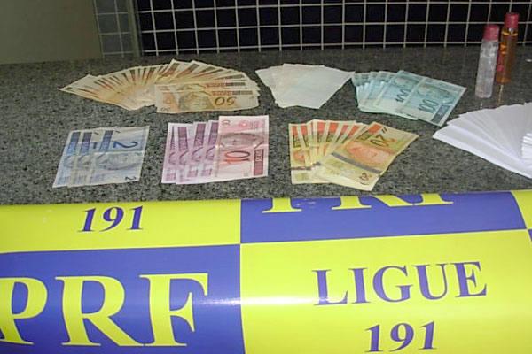 Policiais prenderam os falsificadores durante fiscalização de rotina.