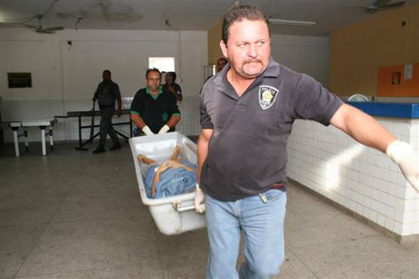 Corpo de Samilli é retirado de dentro do presídio Raimundo Nonato