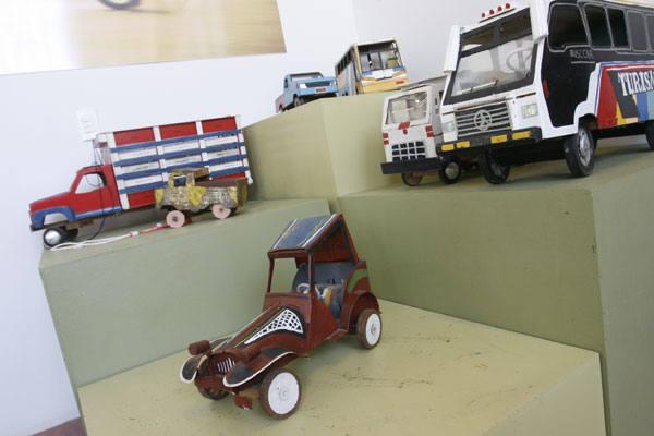 Panelinhas, barcos feitos à mão e brinquedos pouco utilizados nos dias de hoje estão em exposição, realimentando a memória